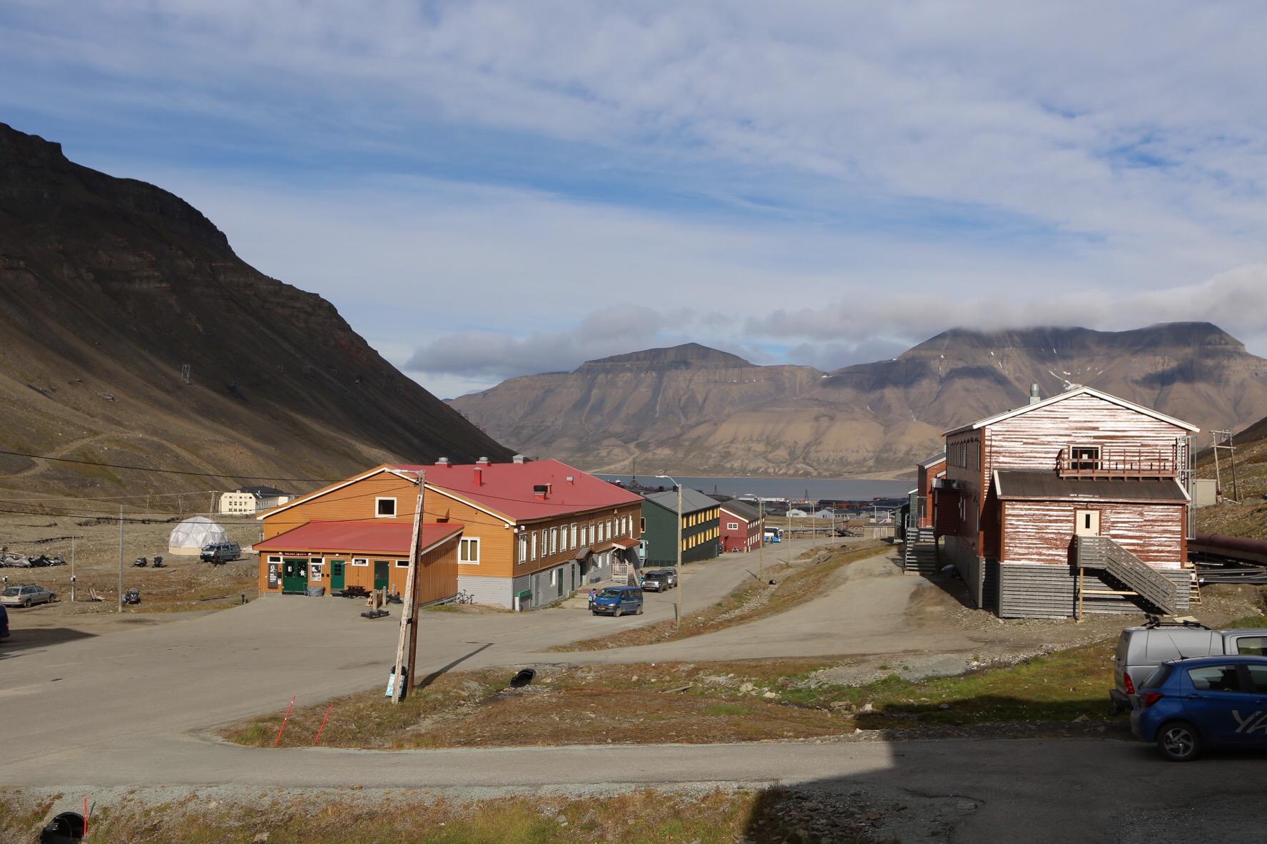 Första dag på Svalbard – barn, hundar, gevär och pizza